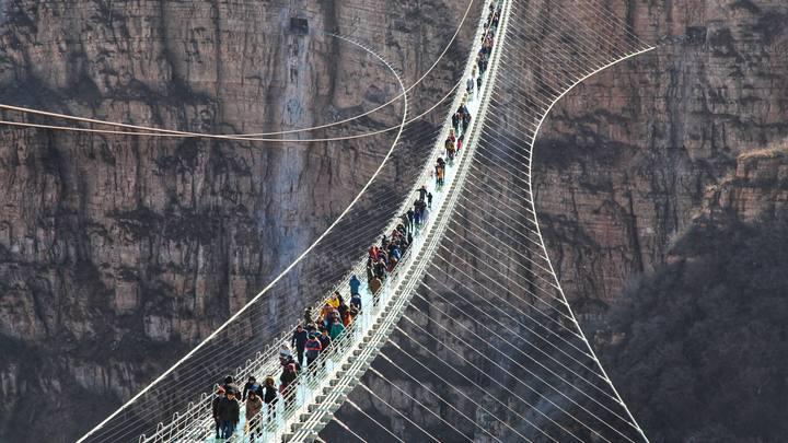 В Китае построили стеклянный мост высотой с 66-этажный небоскреб