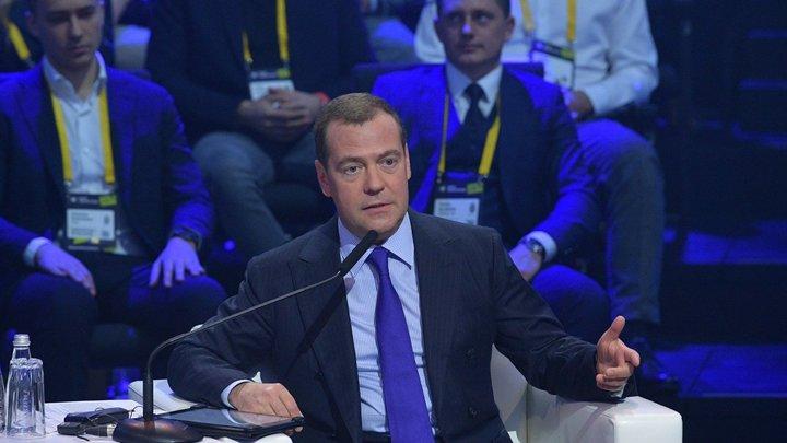 Или охранники, или из местной администрации: Пенсионерке подставили подножку, чтобы унизить перед Медведевым