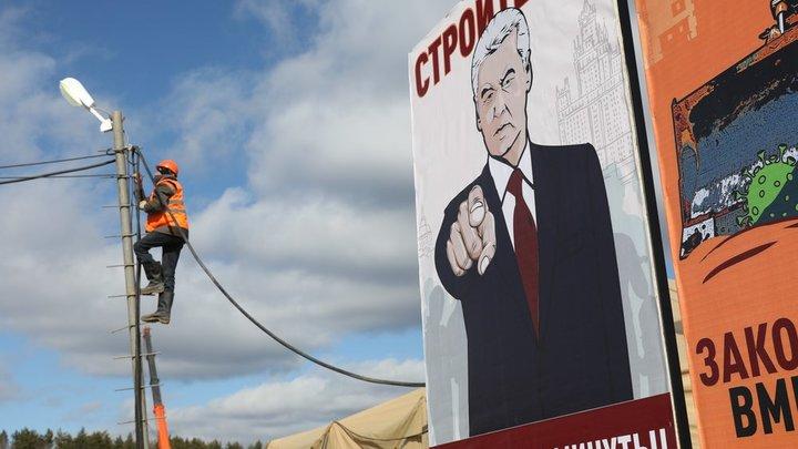 Собянин с плаката подгоняет рабочих на стройке коронавирусного центра в Коммунарке