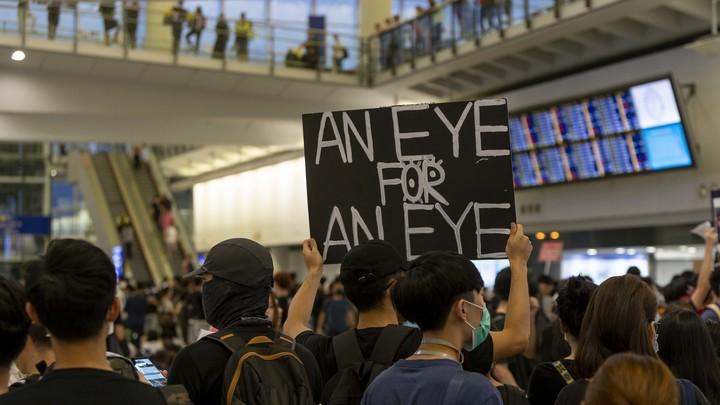 Протестующие заблокировали аэропорт: Гонконг перестал отправлять и принимать самолеты