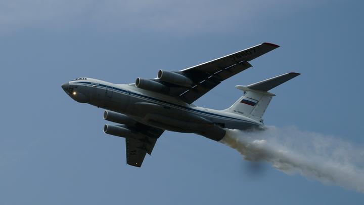 Ошибочка вышла: Пилоты Ил-76 случайно сбросили воду на полицейских в Подмосковье - видео