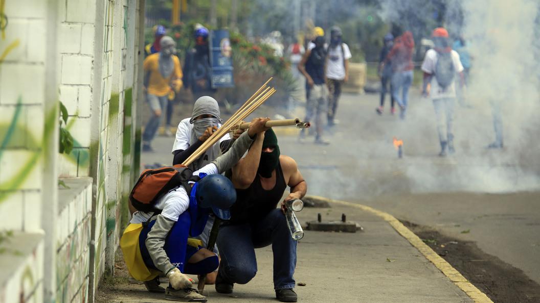 Активисты строят баррикады на улицах столицы Венесуэлы