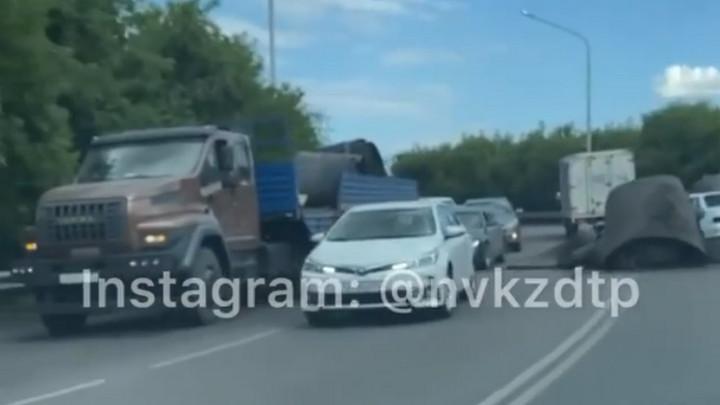 Грузовик потерял на дороге груз и устроил ДТП