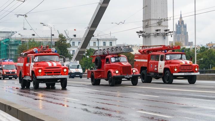 Вся крыша в сизом дыму: В Москве горит Богородице-Рождественский монастырь XIV века