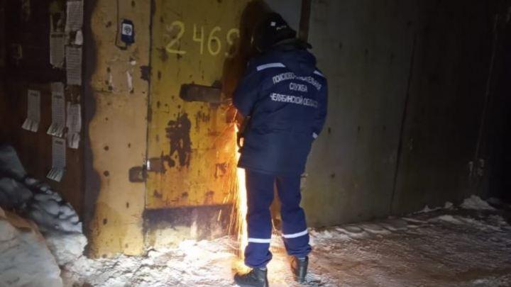 В Магнитогорске молодой мужчина закрылся в гараже и умер
