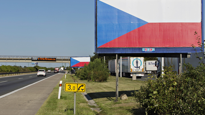 Прага не собирается массово раздавать украинцам чешское гражданство
