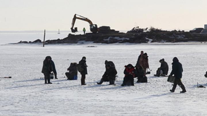 На Сахалине 300 рыбаков оторвало от берега. Спасать людей со льдины готовят Ми-8