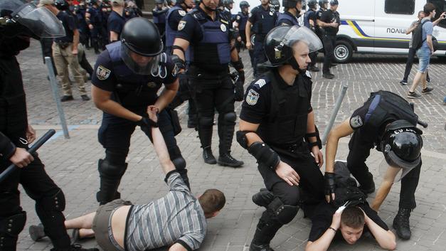 Каждому гею по полицейскому: Как прошел гей-парад в Киеве