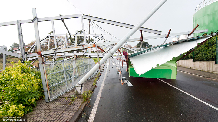 Из-за урагана движение электричек приостановили