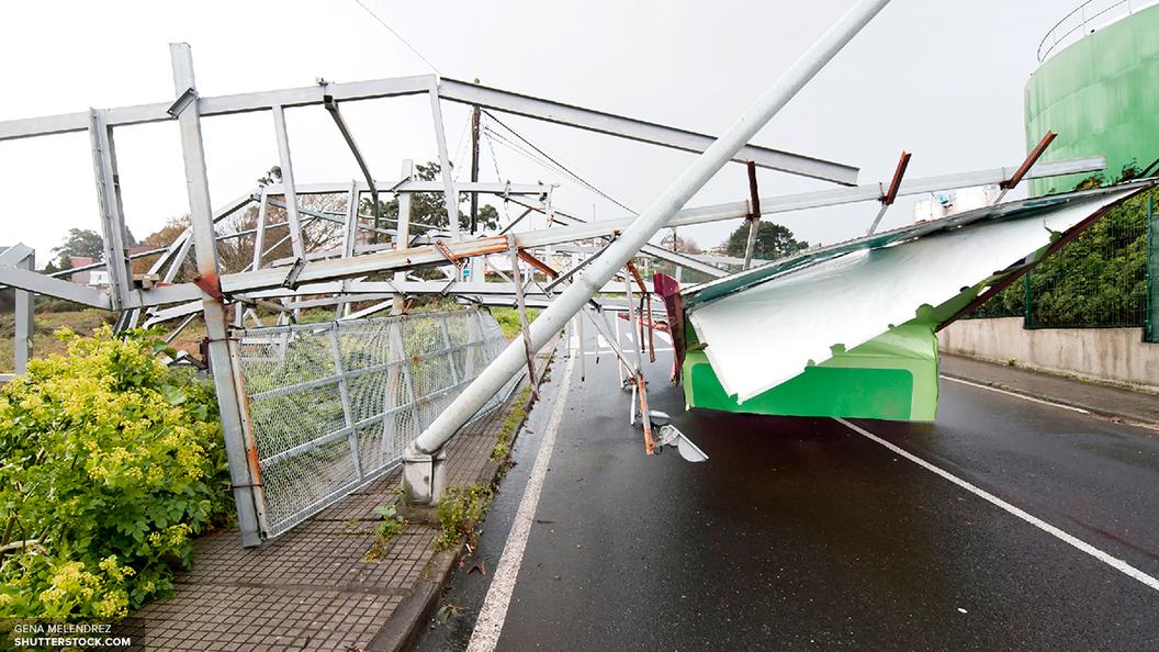 ВПодмосковье наНоворижском шоссе отураганного ветра рухнула пирамида