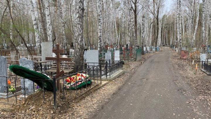 Не нашли могилы родных: жители Челябинской области жалуются на кладбище
