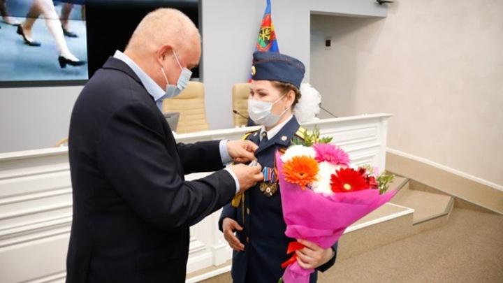 Губернатор Кузбасса вручил медаль прошедшей босиком на параде Победы сотруднице ГУФСИН