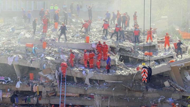 Под завалами почти три дня: В разрушенном землетрясением Измире чудом спасли трёхлетнюю малышку