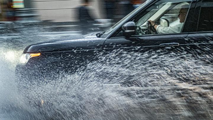 Автомобилистов Подмосковья предупреждают о скользкой дороге из-за сокрушительного ливня