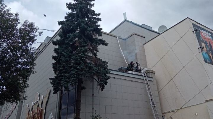 В Челябинске горит здание кинотеатра Урал