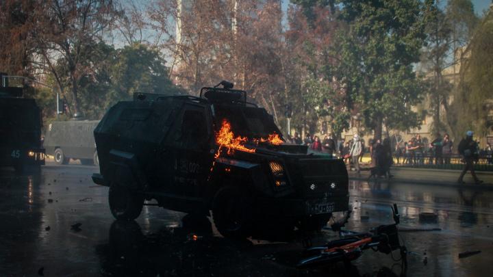 Трое сгорели, ещё 160 пострадали: В Чили продолжаются протесты против подорожания метро