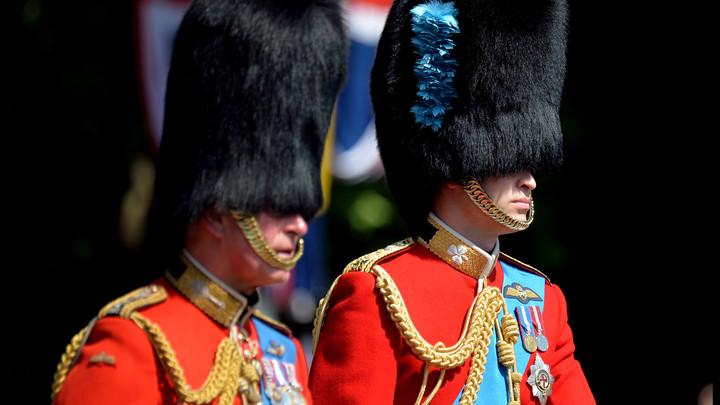 На дне рождения Елизаветы II пятеро гвардейцев упали без чувств