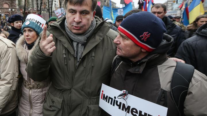 Саакашвили забрался на крышу своего дома и угрожает спрыгнуть в отместку СБУ
