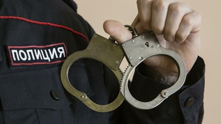 Полицейский из Подмосковья попытался вынести в штанах алкоголь