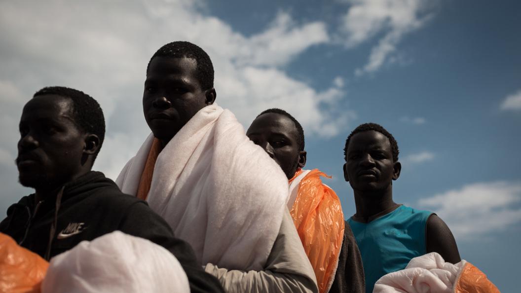 Италия отказалась принять гуманитарное судно сбеженцами