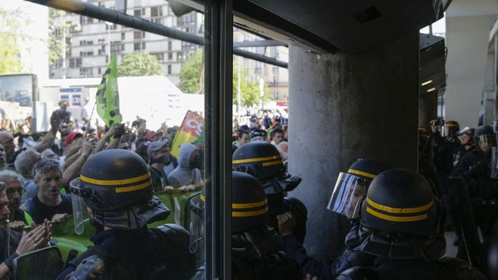 Либерте, эгалите, фратерните: Митингующие в Париже пытались захватить вокзал