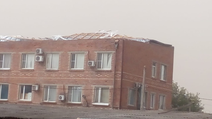 В Ростовской области штормовой ветер снёс крыши с райотдела полиции и школы