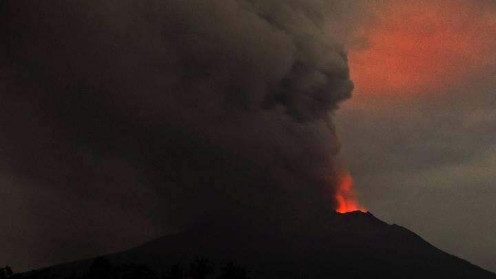 Извержение вулкана отложило открытие аэропорта на острове Бали