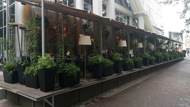 Почти все места заняты: В Новосибирске открылись летние веранды кафе и ресторанов