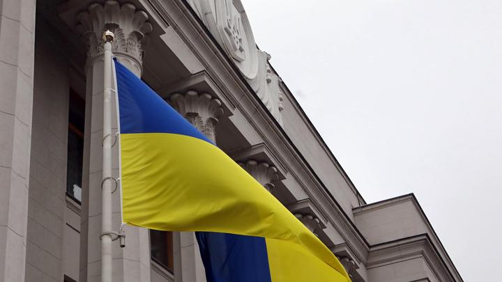 Прикрывать рот локтем или ногой: Министр экономики Украины рассказал, как правильно чихать