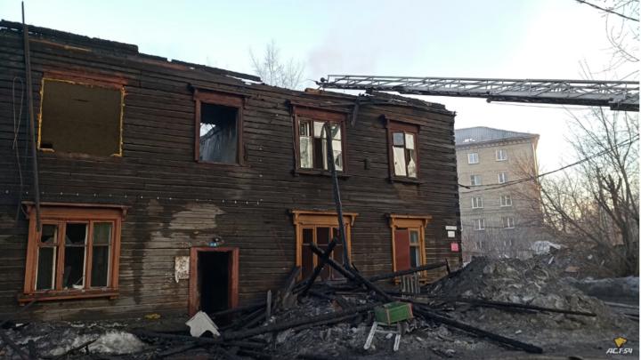 На улице Никитина в Новосибирске выгорел двухэтажный барак