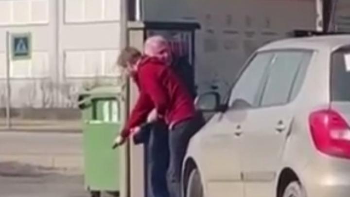 Молодой водитель «наехал» на пенсионера со шлангом на мойке в Петербурге