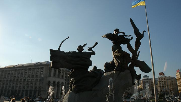 Украинские военные сковали себя в знак протеста у здания Минобороны