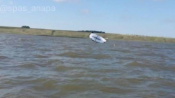 В Анапе спасатели доставили экстремала из центра Кизилташского лимана