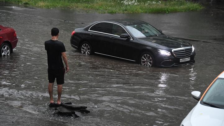 Дороги в Екатеринбурге затопило после мощного ночного ливня