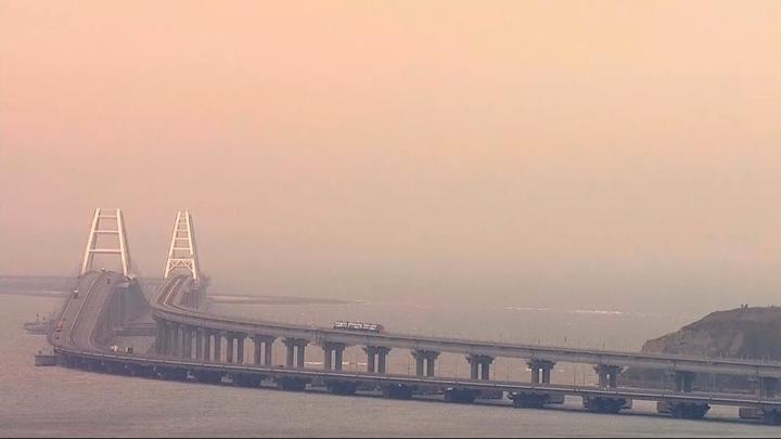 Зацепер прокатился на крыше поезда по Крымскому мосту. Куда смотрела СБ?