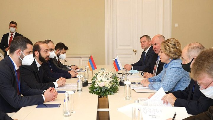 Председатель парламента Армении вручил Валентине Матвиенко Медаль Почета