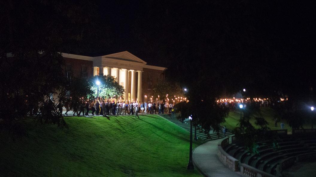 Протестующие в Виргинии сняли на видео, как автомобиль протаранил толпу