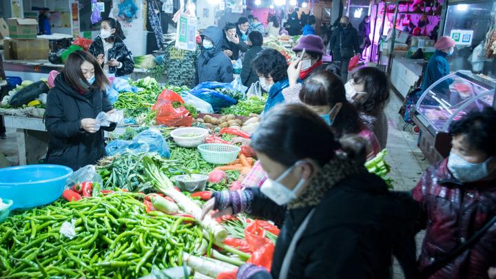 Люди в масках в кольце военных: Скабеева и Коц показали, как живут на китайской родине нового коронавируса