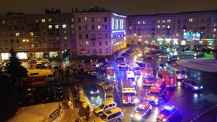 После взрыва в магазине жители Петербурга рванули к зданию, чтобы помочь раненым