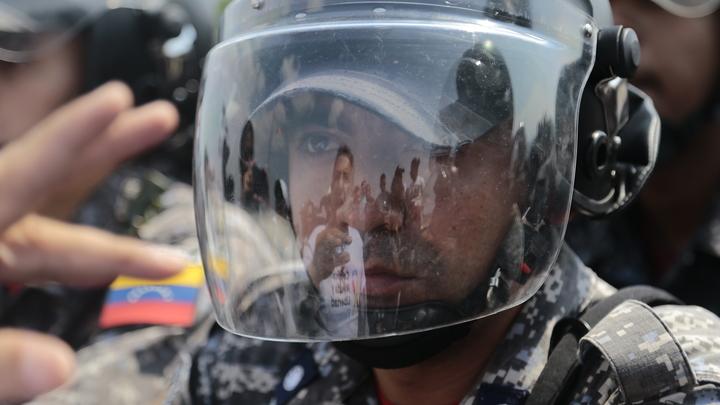 Встретили слезоточивым газом: Силовики Венесуэлы остановили грузовики с гумпомощью США - СМИ