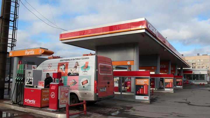 Везде бензин дешевеет, у нас - наоборот: Проблему российской экономики в двух словах описал юрист