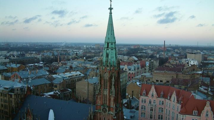Депутат в Латвии разделил Россию и заслужил целую фуру обидных подарков
