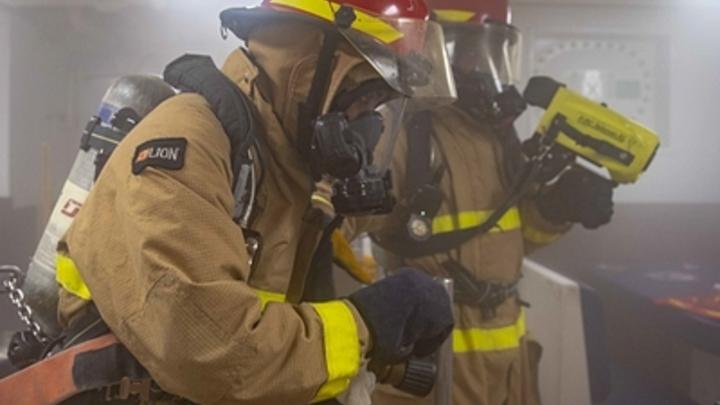 Пожар в пятиэтажке Южно-Сахалинска: Крыша почти сгорела, под угрозой соседний дом