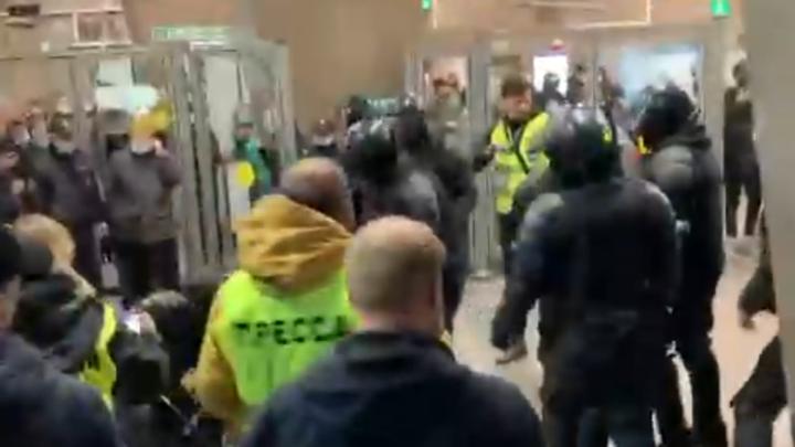 Взорвали петарду в вестибюле метро: на Сенной задержали неадекватных протестующих