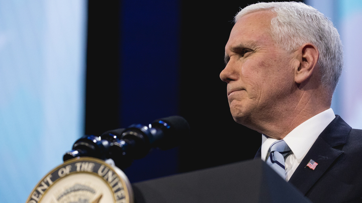 Вице-президент США не умеет читать: В соцсетях удивлены поведением Пенса