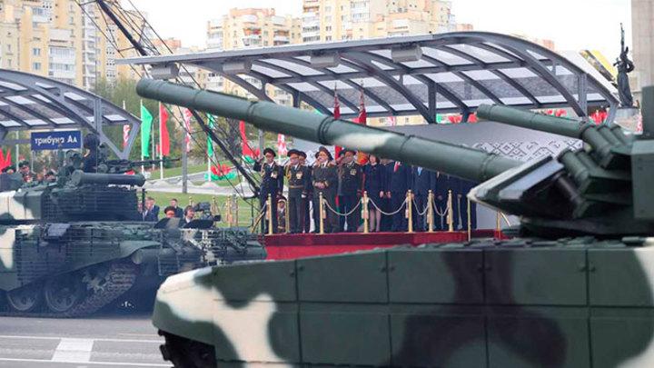 Один за всех: ВОЗ выступила против парада Победы в Минске. Лукашенко провёл