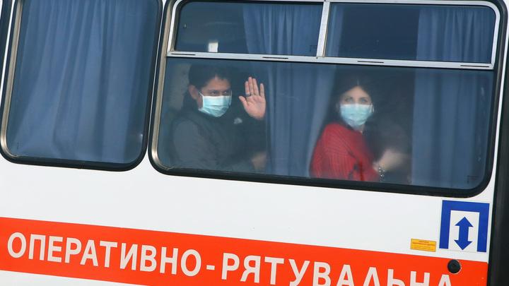 Мир вздрогнул: Украинцы били своих же, устроив дикую, бесчеловечную встречу спасённым от болезни