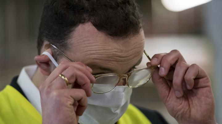Откажитесь от контактных линз: Врачи предупредили о риске подцепить коронавирус