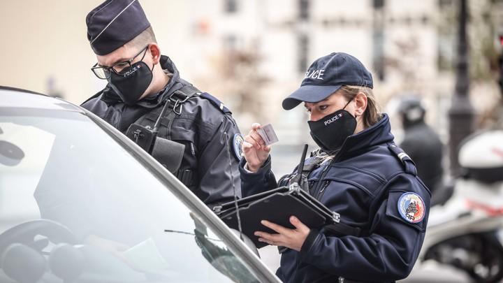 В Париже сорвали очередной теракт. Мужчина с двумя ножами пытался напасть на полицейских