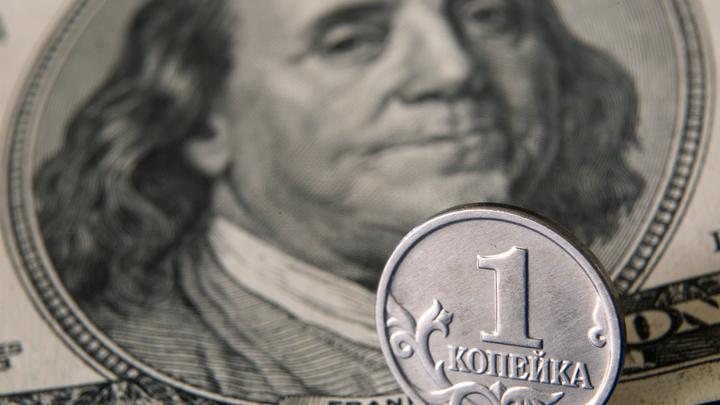 Нацвалюта тает на глазах: Доллар впервые с апреля вырос до 76 рублей